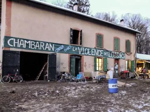 """La maison forestière rebaptisée """"MaquiZAD"""" par ceux qui l'occupent depuis le 30 novembre 2014. Crédit : VG/Rue89Lyon"""