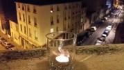 Une bougie en hommage à Charlie Hebdo sur la fenêtre d'un immeuble à Lyon. ©LB/Rue89Lyon