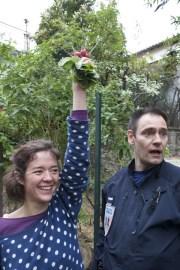 Louise brandit des radis sauvés avant la fermeture du jardin. ©Eva Thiébaud/Rue89Lyon