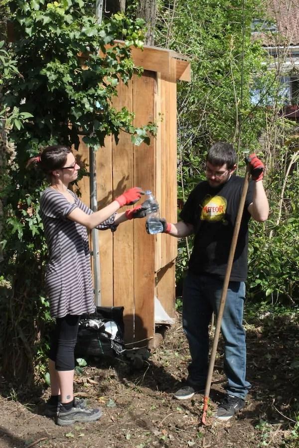 Adeline et Christopher en plein jardinage le samedi 11 avril ©Eva Thiébaud/Rue89Lyon