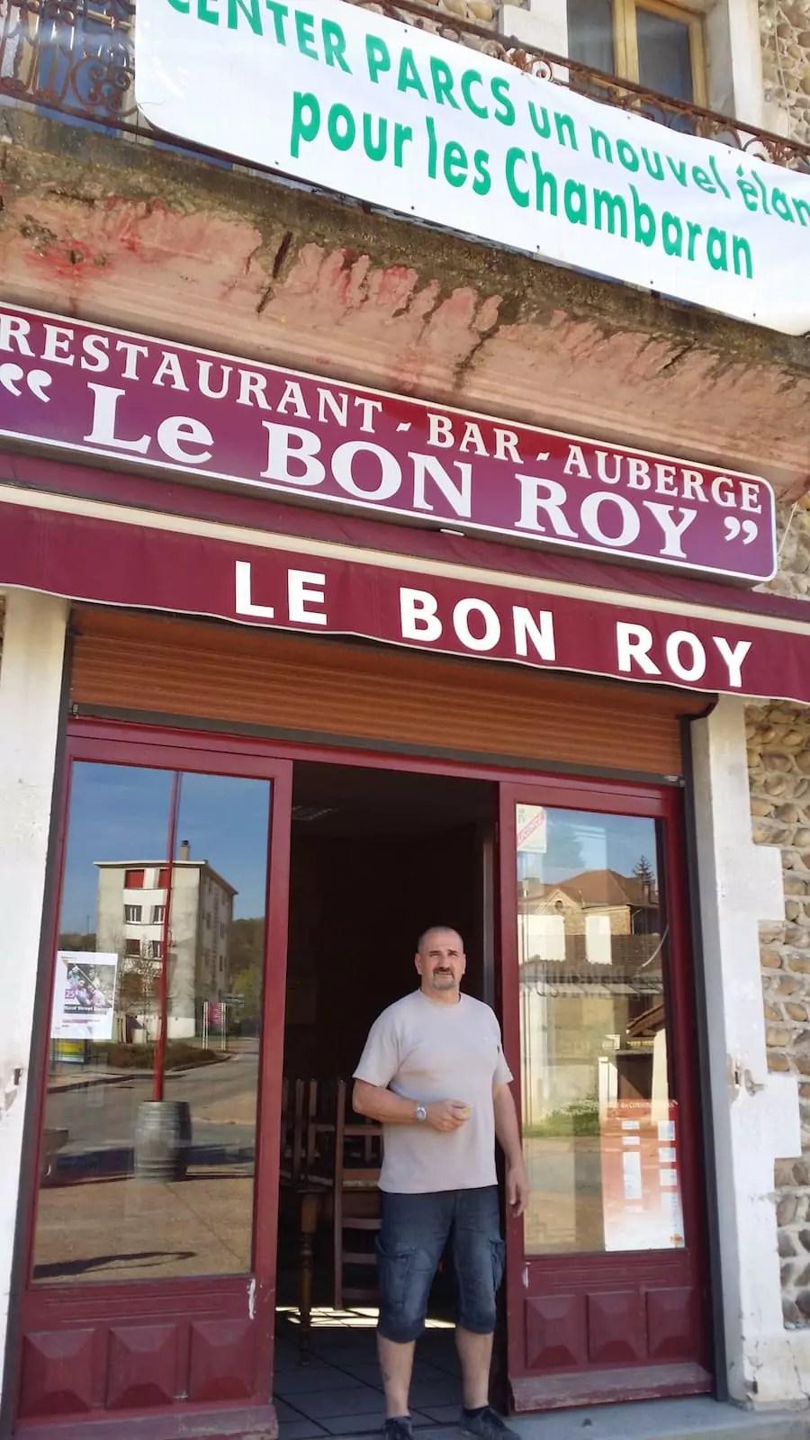 Sylvain Merle, le patron d'un des deux bars de Roybon. ©LB/Rue8Lyon