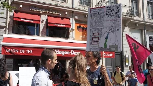 Le 21 juin,  rassemblement devant Häagen-Dazs, magasin rue de la République.