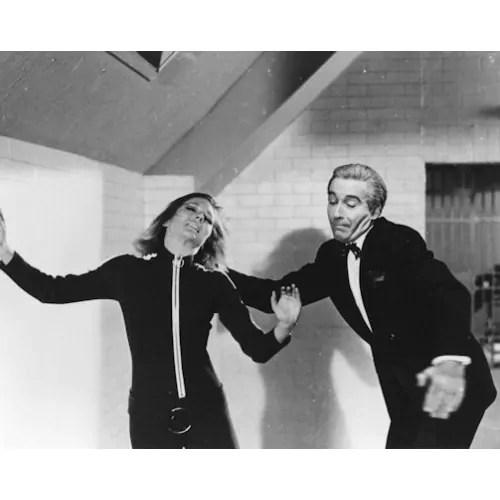 Lee et Diana Rigg dans une épisode de Chapeau melon & bottes de cuir