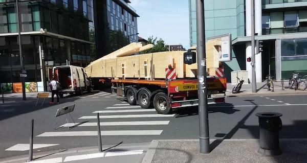 Le convoi exceptionnel bloqué et la camionnette du réparateur.