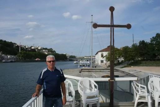 """Didier Blanchon, gardien/résident du bateau-chapelle """"Le Lien"""" sur le pont de sa péniche ©MP/Rue89Lyon"""