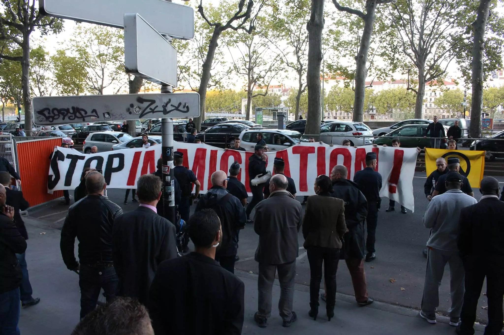 Les identitaires lyonnais devant le local de campagne de Jean-Jack Queyranne le 24 septembre. ©DR