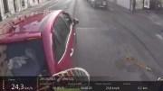 Capture d'écran de la vidéo YouTube du cycliste percuté par une voiture à Lyon