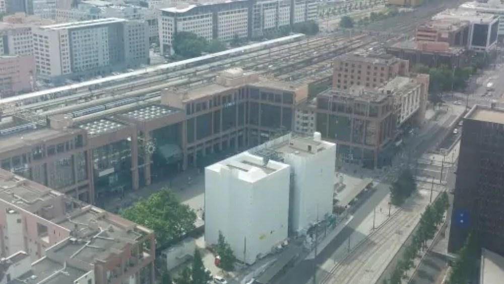 La place Béraudier devant la gare va être ouverte vers le centre commercial et doublée avec une place en sous-sol. Le bâtiment B10 a depuis disparu © BE/Rue89Lyon