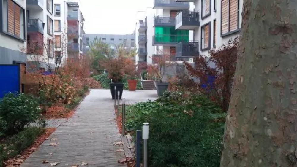 """Le concept de """"villa jardin"""" consiste notamment à produire des résidences fermées mais dont l'intérieur reste visible depuis la rue pour proposer une perspective et ne pas couper la vue, comme ici au nord de la rue de Gerland. ©BE/Rue89Lyon"""