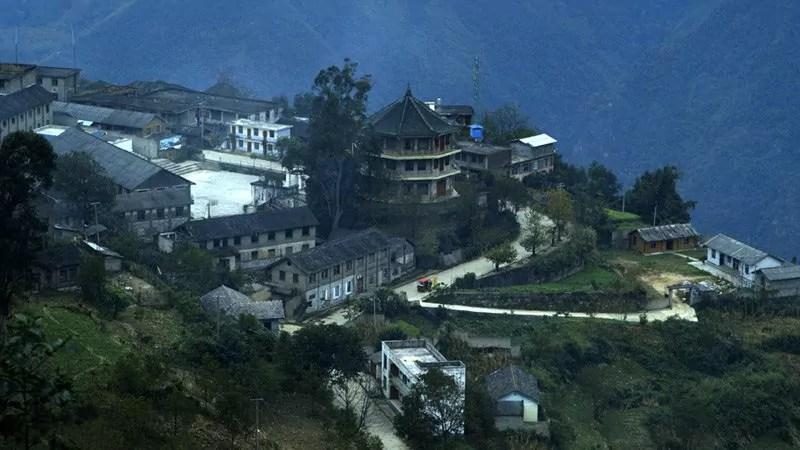 Le village où se déroule le film. Situé dans les montagnes du Yunnan, il se vide progressivement de ses habitants.