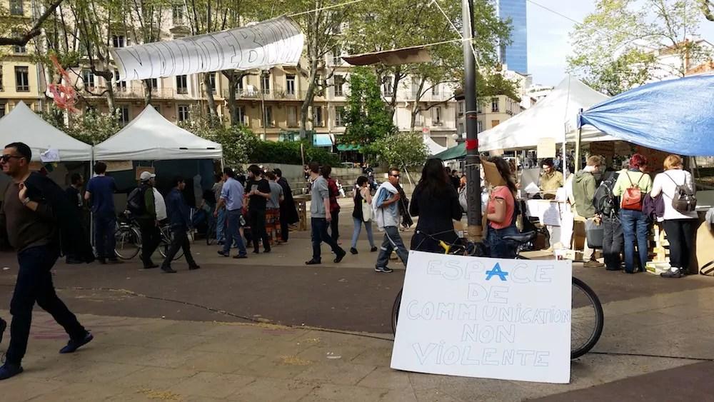 """L'entrée de la """"Nuit Debout Lyon"""" avec ses stands dressés, le samedi 16 avril. ©LB/Rue89Lyon"""
