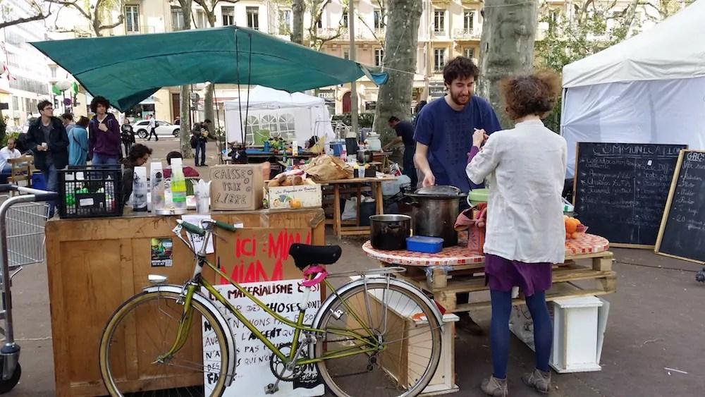 """La partie """"distribution"""" de la cuisine de """"Nuit Debout Lyon"""", le samedi 16 avril. ©LB/Rue89Lyon"""