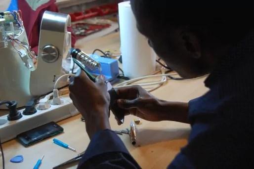 Alassane aimerait valider par une formation et un diplôme ses compétences apprises en bricolant les téléphones au fil du temps. BE/Rue89Lyon