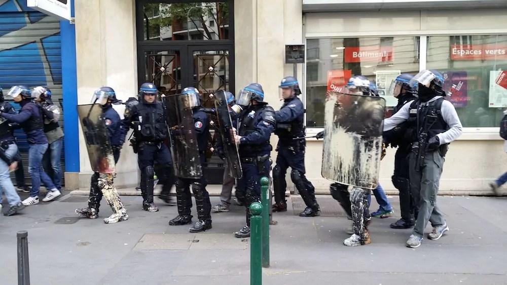 Des policiers postés le long du cortège de tête le 28 avril. ©LB/Rue89Lyon