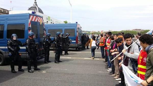 La tête de la manifestation a encore une fois été bloquée quelques minutes sur le pont de la Guillotière. ©LB/Rue89Lyon