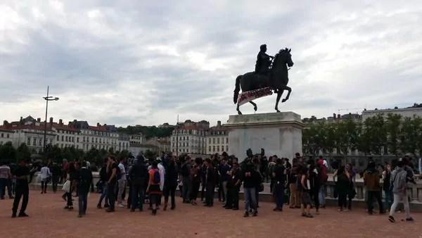 Après le départ des syndicats de la place Bellecour, environ 300 personnes sont restées une heure face aux forces de l'ordre. ©LB/Rue89Lyon