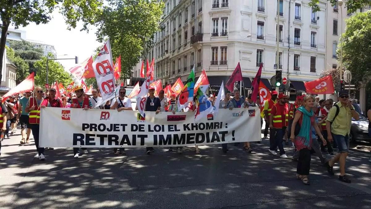 La banderole syndicale était loin derrière un premier groupe de 600 personnes. ©LB/Rue89Lyon