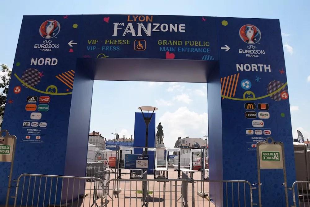 Une des entrées de la fan-zone de la place Bellecour à Lyon. SS/Rue89Lyon