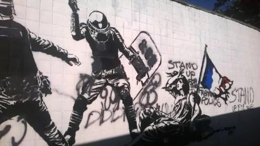Fresque de l'artiste Goin, à Grenoble, vandalisée en soutien à la police. Crédit : Victor Guilbert/Rue89Lyon.