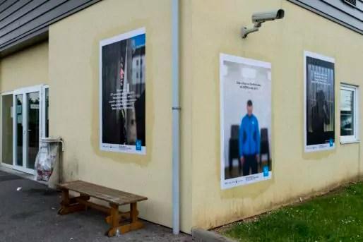 Affiches sur les murs de la prison de Corbas. Résidence et création LES SUBSTISANCES. © Romain Etienne/Item