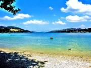 L'une des plages du lac de Paladru entouré de son eau turquoise. CC