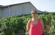 Marine Pasquier, la fondatrice du collectif anti-pesticides du Mâconnais. Photographiée devant l'école de ses 3 enfants à Viré. ©L'école de Viré a été construite au milieu des vignes qui jouxtent notamment la cour d'école. ©LB/Rue89Lyon