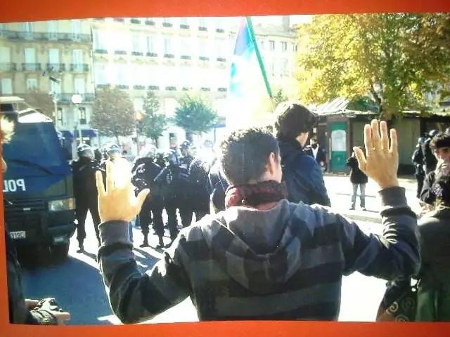 Des manifestants enfermés place Bellecour. Face à eux, des policiers et un véhicule du GIPN. ©DR