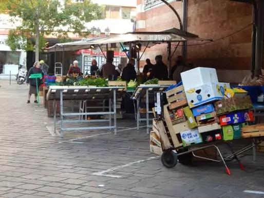 Au marché Ste-Claire, les cagettes ont désormais leur benne dédiée à la fin du marché © Gaëlle Ydalini