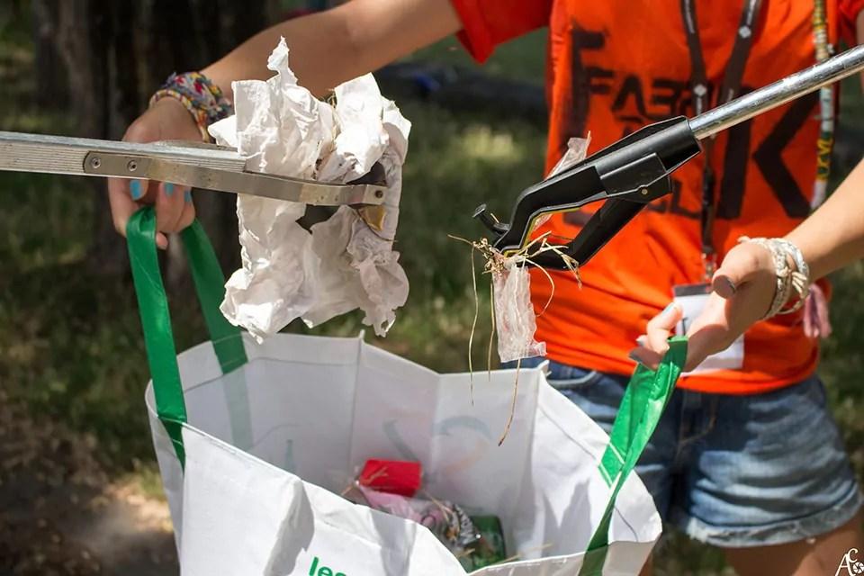 Des bénévoles de We Waste ramassant des déchets pendant une collecte. CC : We Waste