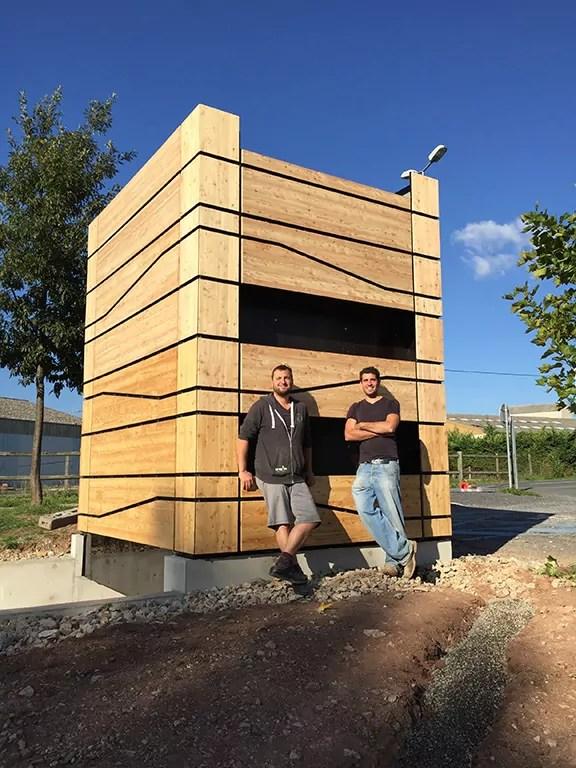 Les créateurs Etienne Favé et Eric Terrisson devant une de leurs cabines PhyToilet.