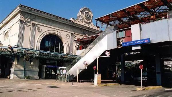Pourquoi les trains partent-ils en retard de la gare de Lyon Perrache ?