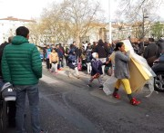 Après avoir été évacuées du square, les familles albanaises sont restées de longues heures devant les grilles. ©LB/Rue89Lyon