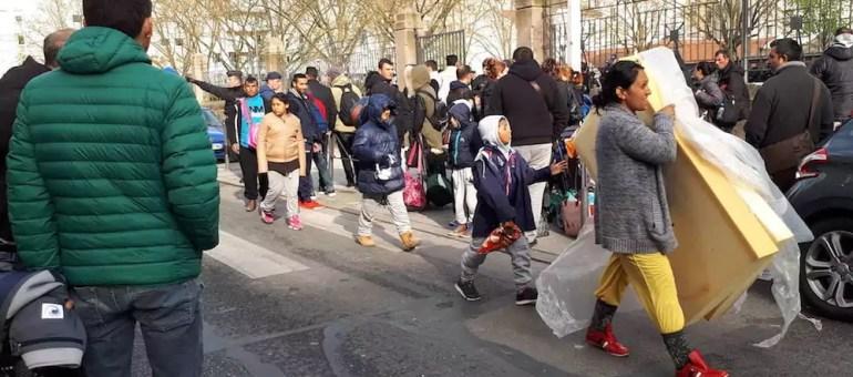 Expulsées de leur campement, des familles albanaises occupent la mairie du 3ème