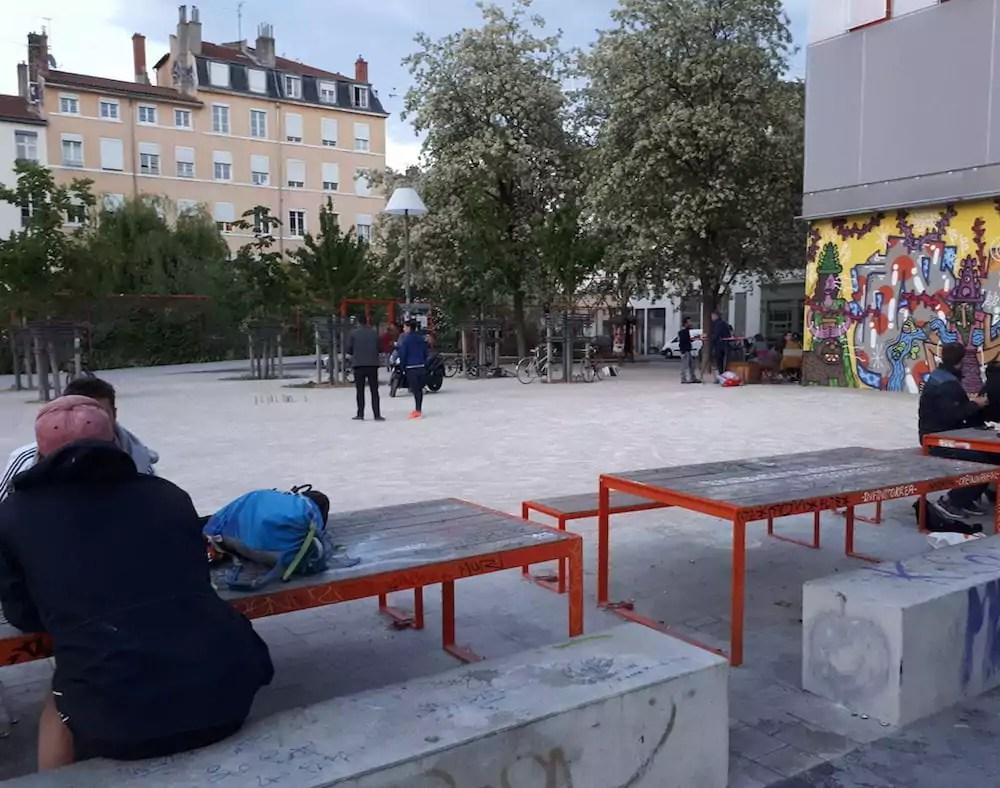A la Guillotière, les tables de la place Mazagran où se sont faites attaquer une trentaine de personnes par des militants du GUD. ©LB/Rue89Lyon