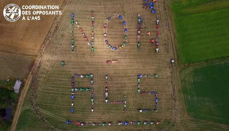"""120 tracteurs écrivant """"Non A 45"""""""