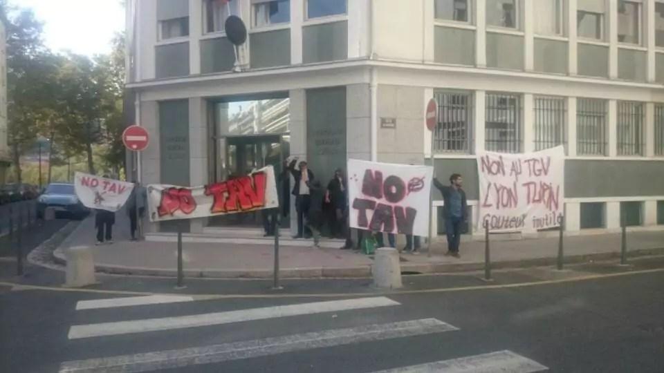 Banderoles accrochées et tenues devant le consulat d'Italie à Lyon, en marge du 34e sommet franco-italien à Lyon. ©DR