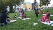 """Un """"mercredi léger"""" sur l'esplanade Mandela le 6 septembre. Des enfants albanais et français dessinent avec leurs parents et des membres du collectif Agir Migrants. ©LB/Rue89Lyon"""