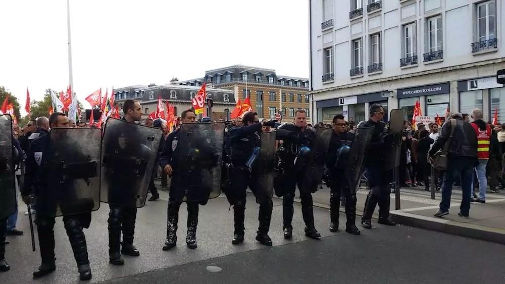Dès le départ de la manif, le cortège de tête a été isolé par un cordon de policiers. ©LB/Rue89Lyon