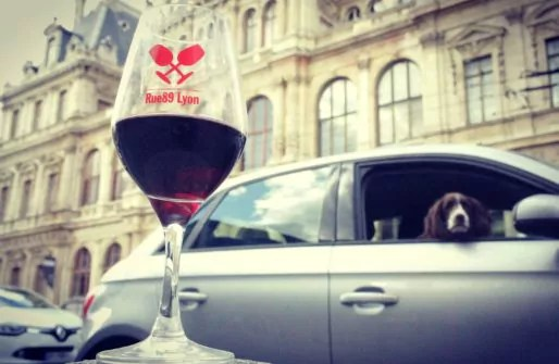 """Ho. Un verre, qui fait super bien """"tchin tchin"""" : vous le trouverez au salon Sous les Pavés la Vigne !"""