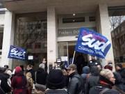 Rassemblement le 22 février devant la Maison de la Métropole pour les solidarités du 3e arrondissement (rue Corneille). Au micro, Aurore Dumetz, représentante SUD du CCAS de Lyon. ©LB/Rue89Lyon