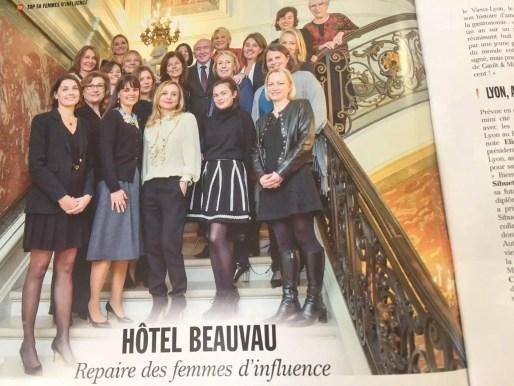 Des femmes lyonnaises en groupe pour la photo, à l'hôtel Beauvau -avec Gérard Collomb, central.