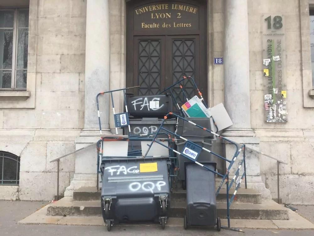 Une des entrées de l'université de Lyon 2 (site des quais) bloquée par les étudiants le 9 avril. ©SP/Rue89Lyon