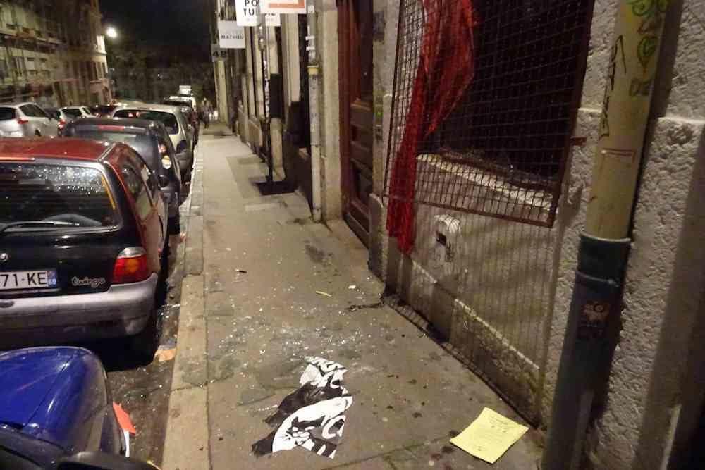 La grille arrachée et la vitre cassée du local de la CNT, sur les Pentes de la Croix-Rousse à Lyon ©DR