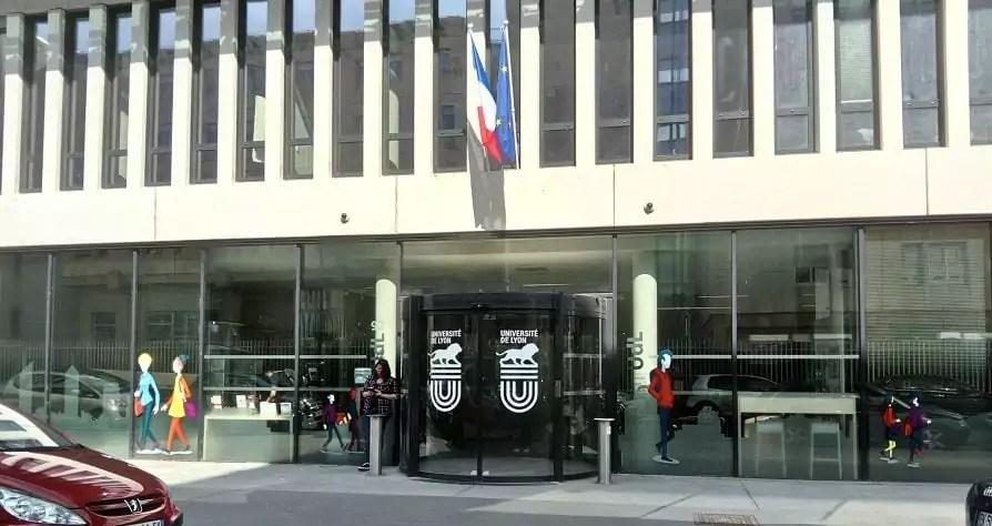 Le siège de l'Université de Lyon, situé rue Pasteur. Le bâtiment accueille également un IUT de Lyon 3 et une résidence universitaire. Il a été inauguré en 2016 par Najat Vallaud-Belkacem, alors ministre de l'Education nationale.