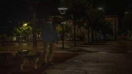Nicolas, habitant du deuxième arrondissement, promène son chien place Bellecour, un soir de couvre-feu. Lyon, 22 octobre 2020 (TU/Rue89 Lyon)