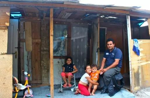 Une famille, à Strasbourg depuis 8 ans, habitant actuellement sur le terrain de Saint-Gall. (photo Nathalie Moga)