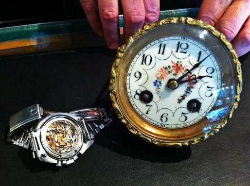 Frédéric Roehrl répare pièces d'horlogerie et bijoux de toutes sortes (Photo MM / Rue89 Strasbourg)