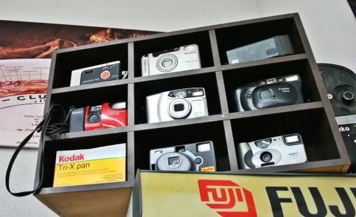 Appareils photo argentiques considérés comme obsolètes par leur propriétaire, à débusquer pour quelques euros chez Emmaüs par exemple (Photo MM / Rue89 Strasbourg)