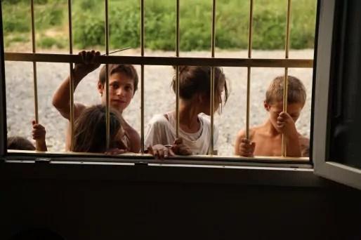 """Le """"centre culturel"""" est le seul lieu calme où répéter. L'été, quand les fenêtres sont ouvertes, les enfants assistent aux répétitions. (Photo Bulli Tour)"""