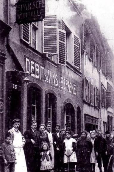 Au XIXème et XXème siècle, la Krutenau grouille de petits commerces, d'artisans et d'ouvriers - Ici, au n°15 de la rue Sainte-Madeleine (Carte postale Delcampe)